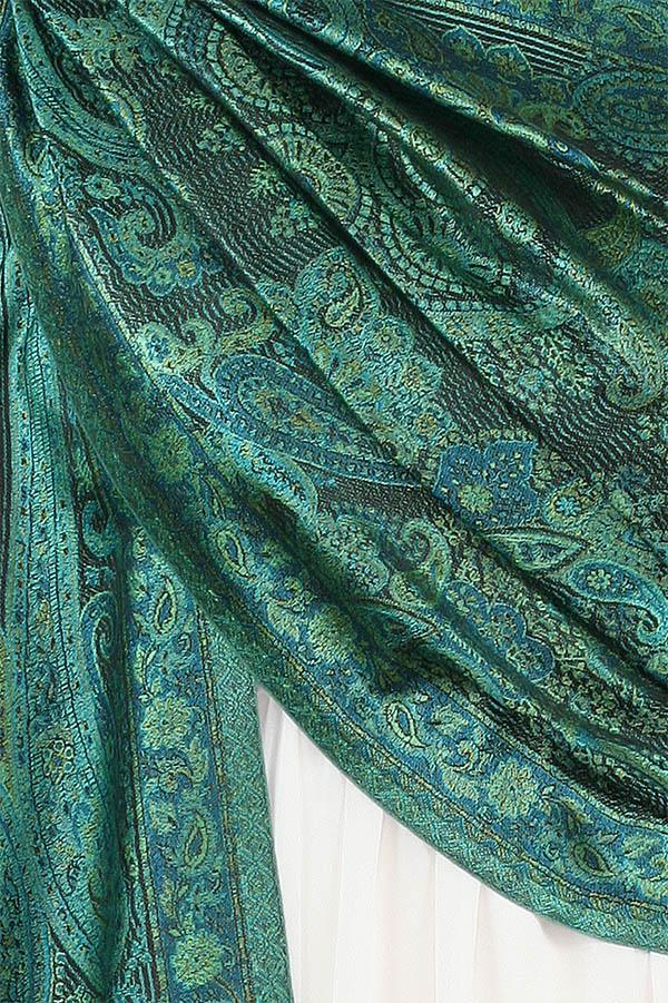 szal jedwabny w kolorze zielonym wzor jamawar