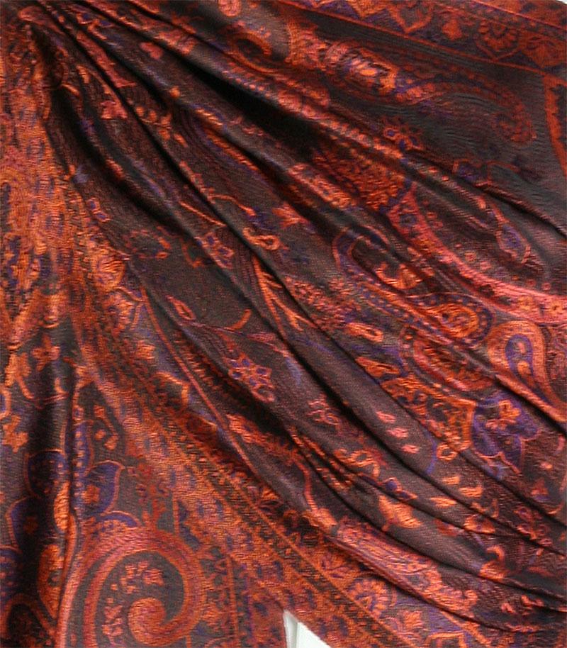 szal jedwabny ze wzorem jamawar w kolorze czarnym