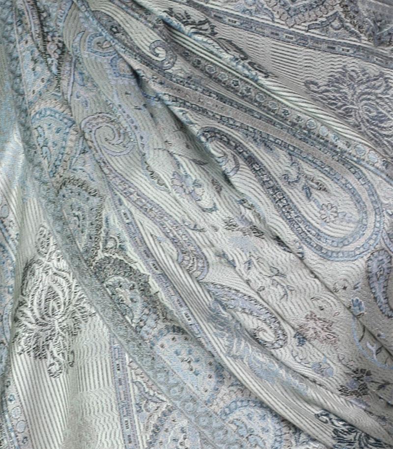szal-jedwabny-w-kolorze-srebrnym